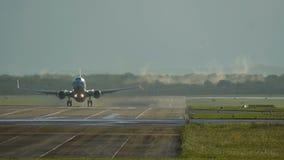 Handelsflugzeugstart des frühen Morgens stock footage