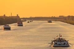 Handelsfrachtboote in den Niederlanden lizenzfreies stockfoto