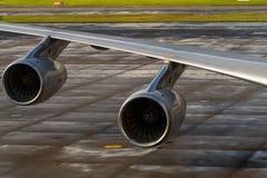 Handelsjet-Passagierflugzeugmaschinen unter Flügel Stockfoto