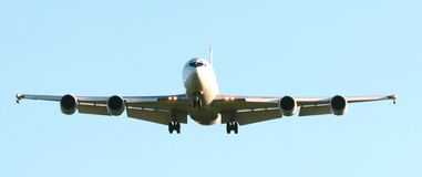 Handelsjumbo-jet flacher nähernder Flughafen Lizenzfreies Stockbild