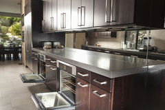 Handelsküche mit offenem Oven And Cabinets Lizenzfreies Stockbild