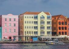 Handelskade strand - gå runt om Curacao för Otrobanda stadsmitt sikter Arkivbilder