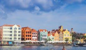 Handelskadewaterkant die - rond Otrobanda-Curacao van het Stadscentrum Meningen lopen Royalty-vrije Stock Foto's