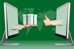 Handelskonzept, zwei Hände von den Computern Hand mit Geschenkbox und den Daumen oben, wie Abbildung Stockbilder