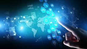 Handelsnachrichten, Datenanalysearmaturenbrett mit Ikonendiagrammen und Diagramm auf virtuellem Schirm stockfotos
