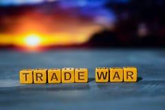 Handelsoorlog op houten blokken Kruis verwerkt beeld met bokehachtergrond royalty-vrije stock afbeelding