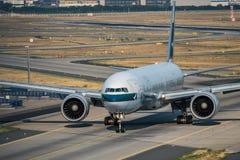 Handelspassagierflugzeug mit einem Taxi fahrendes Boeing 777 lizenzfreies stockfoto