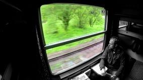 Handelsreiziger kijkt door het venster tijdens treinreis stock footage
