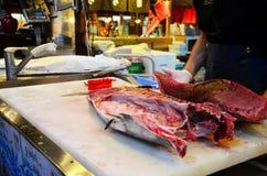 Handelsresande för tonfiskklippshow på den Kuroshio marknaden Fotografering för Bildbyråer