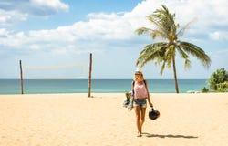 Handelsresande för ung kvinna som går på stranden i den Phuket ön Arkivbild