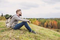 Handelsresande för ung man som överst sitter av kullen lopp- och aktivlivsstilbegrepp royaltyfri fotografi