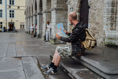 Handelsresande för ung man som ser stadsöversikten i gammal stad Fotografering för Bildbyråer