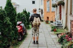 Handelsresande för ung man som ser stadsöversikten i gammal stad royaltyfri foto