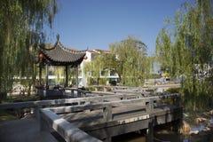 Handelsresande f?r thail?ndskt folk reser bes?k och att landskap av den kinesiska tr?dg?rden p? Thail?ndsk-kines den kulturella m royaltyfria bilder