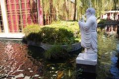 Handelsresande f?r thail?ndskt folk reser bes?k och att landskap av den kinesiska tr?dg?rden p? Thail?ndsk-kines den kulturella m arkivfoton