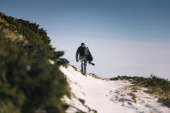Handelsresande fotograf Man med ryggsäckbergsbestigning Royaltyfri Bild