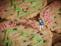 Handelsresande går på bruna kakor för lyckligt nytt år Arkivfoton