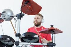 Handelsresande, hobbyer och musikbegrepp - handelsresande för ung man i den röda skjortan som spelar de elektroniska valsarna royaltyfri foto