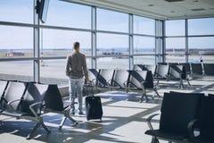 Handelsresande i flygplatsterminal arkivfoto