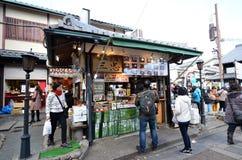 Handelsresande i Main Street på den Arashiyama staden i Kyoto Arkivfoto