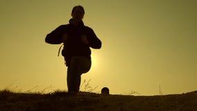 Handelsresande klättrar överkanten av kullen i strålarna av solen en och en gemensamt arbete av aff?rsfolk l?ngsam r?relse stock video