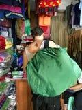 Handelsresande med en ny tatuering den Skorpion formen Whang Od i Phi arkivbilder