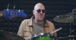 Handelsresande med hans rockband som repeterar i studion stock video