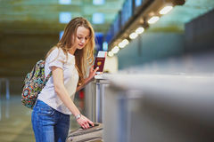 Handelsresande med ryggsäcken i internationell flygplats på incheckningsdisken royaltyfria foton