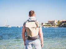 Handelsresande med ryggsäcken och mobilen royaltyfri bild