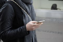 HANDELSRESANDE MED SMARTPHONE OCH IPHONES Royaltyfria Foton