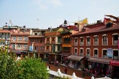 Handelsresande och nepalesiskt folk på gatamarknad av Boudhanath eller Bodnath Stupa för att shoppa och att sälja fotografering för bildbyråer