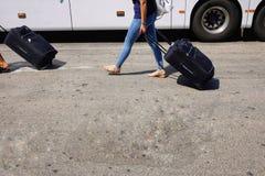 Handelsresande på bussstationen royaltyfri bild