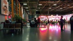 Handelsresande på den Bursa bussterminalen på natten stock video