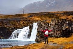 Handelsresande på den Kirkjufellsfoss vattenfallet i Island royaltyfria foton