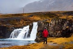 Handelsresande på den Kirkjufellsfoss vattenfallet i Island arkivbild