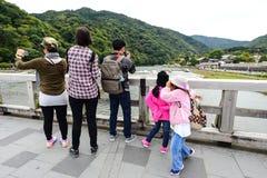 Handelsresande på den Togetsu bron Royaltyfria Foton