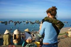 Handelsresande på det Mui Ne fiskeläget Arkivfoton