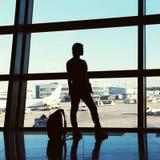 Handelsresande på flygplatsen kontur av en flicka med en ryggsäck Affär och lopp royaltyfri foto