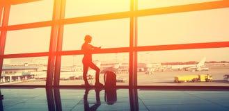 Handelsresande på flygplatsen kontur av en flicka med en ryggsäck Affär och lopp royaltyfri bild
