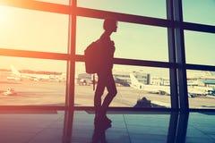 Handelsresande på flygplatsen kontur av en kvinna med en ryggsäck royaltyfria foton