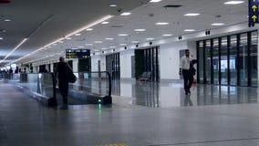 Handelsresande på rullbandstrottoaren på Galeao Rio de Janeiro International Airport, som tjänade som 16 2m passagerare i 2016 arkivfilmer
