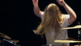Handelsresande Plays Drums på klubban Slutet upp av handelsresandehanden som spelar valsplattan vaggar på, konsert stock video