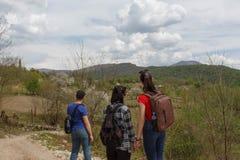 Handelsresande reser på vägen i berg går trekking bygd, by Arkivfoton
