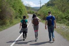 Handelsresande reser på vägen i berg går trekking tillsammans Royaltyfri Bild