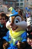 Handelsresande som enjoing med den disney maskot på på Tokyo DisneySea Arkivfoto
