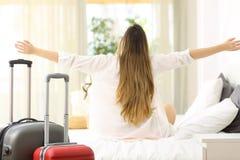 Handelsresande som firar semestrar i ett hotellrum Royaltyfri Foto