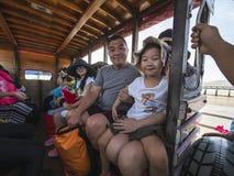 Handelsresande som komms för att resa i Thailand med familjen deras barn ser tycker om så och lyckligt på 27/01/2019 arkivbild