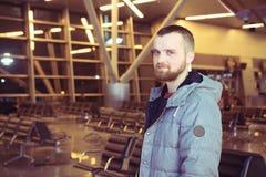 Handelsresande som ler i en flygplatsvardagsrum Fotografering för Bildbyråer