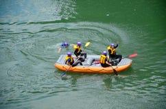 Handelsresande som rafting med det uppblåsbara rubber fartyget på den Hozugawa floden Arkivbild