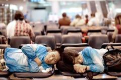Handelsresande som sover på en bänk för, kopplar av att vänta som genomreser arkivbilder